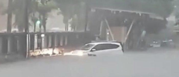 Diguyur Hujan Deras, Surabaya Dikepung Banjir
