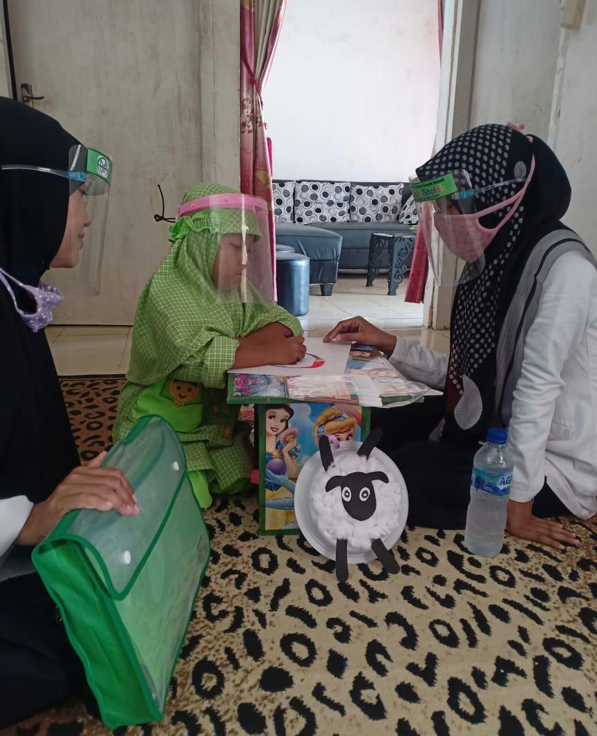 Usdazah TK Bas yang melakukan kegiatan pembelajaran Home visit ke salah satu muridnya